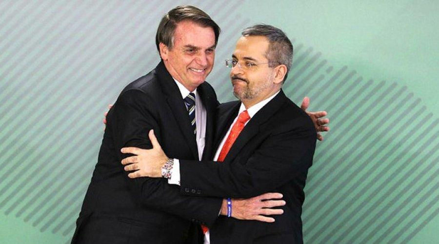 [Bolsonaro volta a criticar Paulo Freire e faz elogio e diz que Weintraub faz trabalho 'excelente' ]